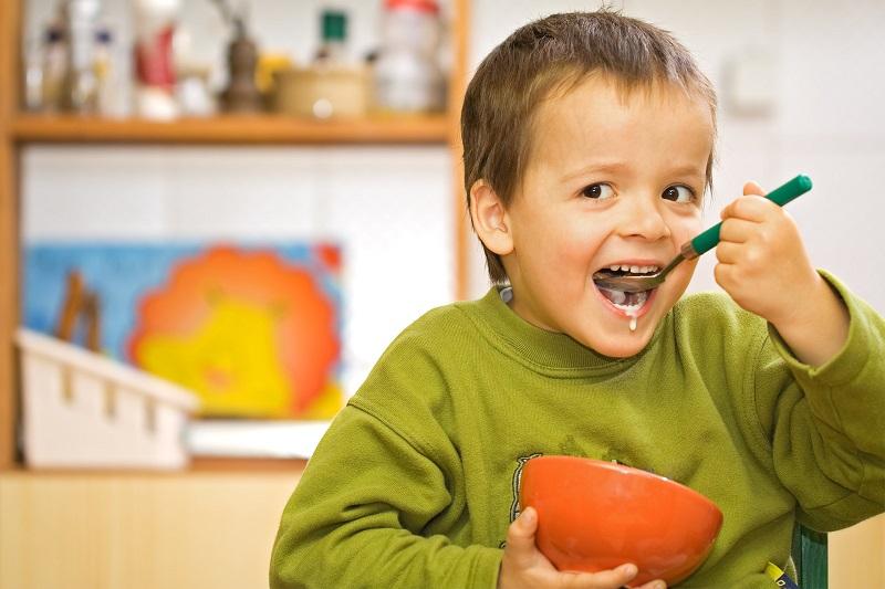 мальчик ест кашу