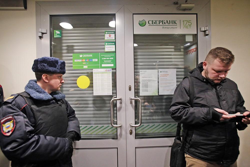 Полиция проверяет информацию о бомбах во всех офисах Сбербанка в Москве