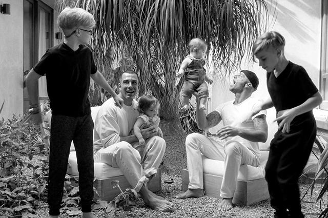 Рики Мартин поделился редким снимком их с мужем Джваном Йосефом младшего сына Звездные дети