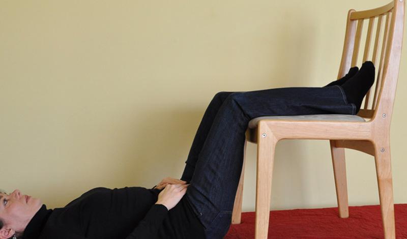 Статика Это упражнение мы рекомендуем делать сразу по возвращении домой после работы. За день спина любого человека получает достаточно нагрузки: чтобы снять напряжение, ложитесь на пол и поднимайте согнутые в коленях ноги на стул. Делать больше ничего не потребуется — кровь будет поступать в нижнюю часть спины, снимая боль и напряжение.