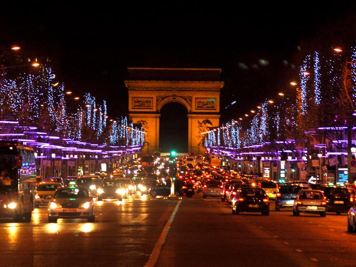 Елисейские Поля и Триумфальная арка. Фото: Amber Lacerta.