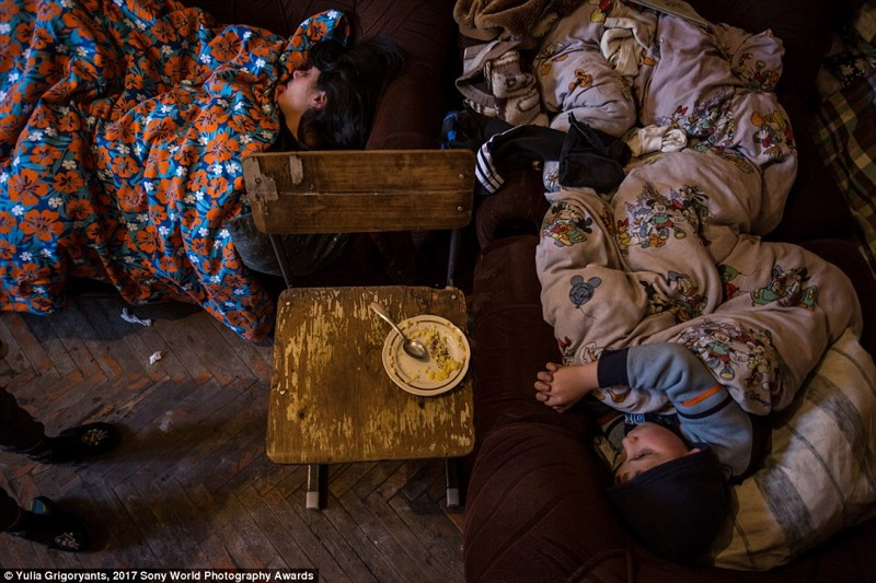 В бедном районе Гюмри, Армения, Люсин спит со своими пятью детьми в одной комнате. В советское время в этих огромным домах на окраине города располагалось 60 семей в мире, дети, жизнь