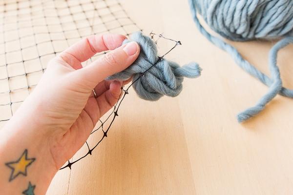 С помощью сетки и разноцветной пряжи можно сделать отличную вещицу коврик, сетки, необходимо, пряжи, карниз, сделать, чтобы, панно, можно, просто, декоративное, заранее, коврике, декоративном, определенный, получить, хотите, цвета, схему, меняйте