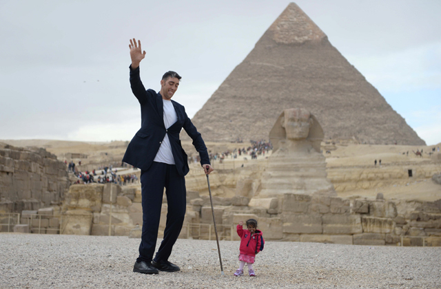 Самый высокий и самый маленький человек в мире сделали совместное фото