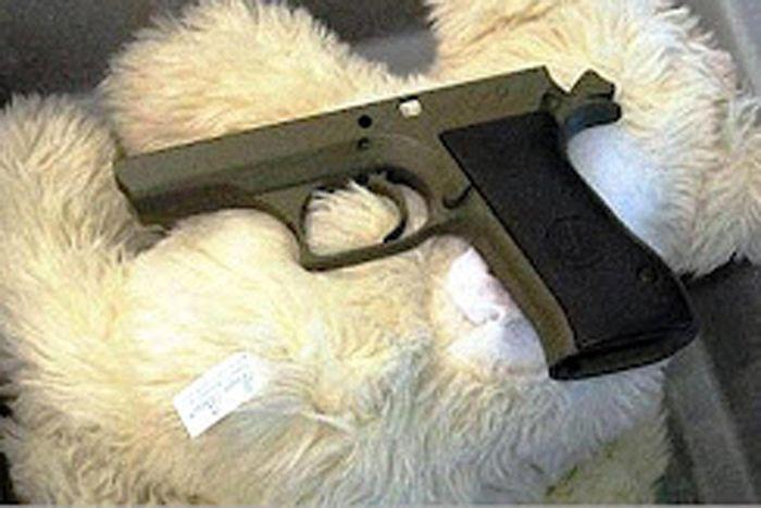 Мягкие игрушки, начиненные оружием аэропорт, вещи, люди