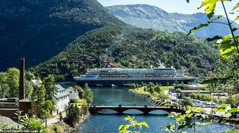 13. Судно от Fred Olsen Cruise Lines проплывает деревушку в Норвегии. Лайнер Balmoral - крупнейшее из круизных судов компании с вместимостью 1325 пассажиров и 510 членов экипажа красиво, красивые места, круиз, круизы, мир, паром, путешествия, фото