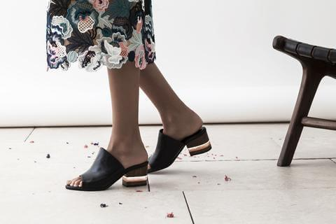 Самая модная обувь осени: 22 крутые пары ботильонов, туфель и мюли DEAR FRANCES