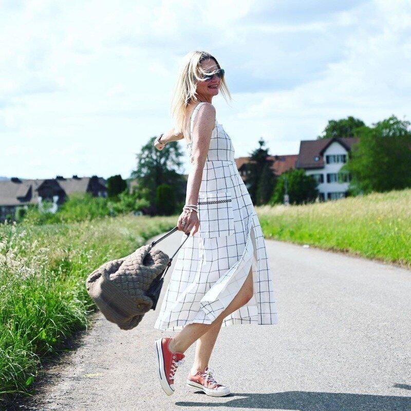 Как носить спортивную обувь и оставаться женственной в любом возрасте