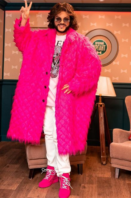 От перьев до розовых кофточек: разбираем главные образы Филиппа Киркорова — поп-короля и негласной квир-иконы Звездный стиль