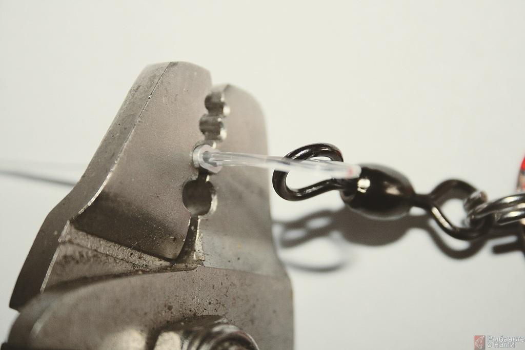 Специальными щипцами плотно сдавливают обжимную трубочку.