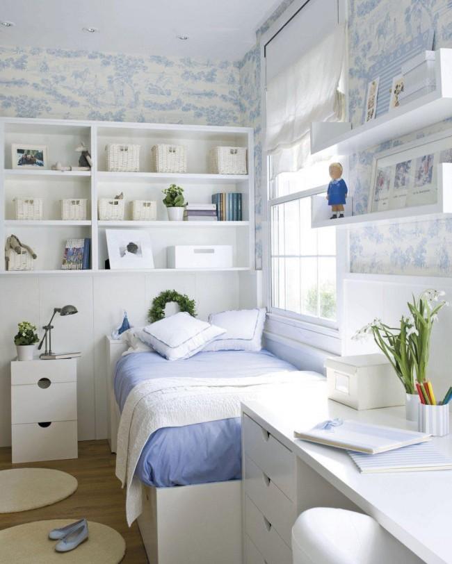 Даже небольшую спальню можно оформить в излюбленном вами стиле, например, чтобы воссоздать морской стиль нужно всего лишь характерное сочетание белого и синего цветов
