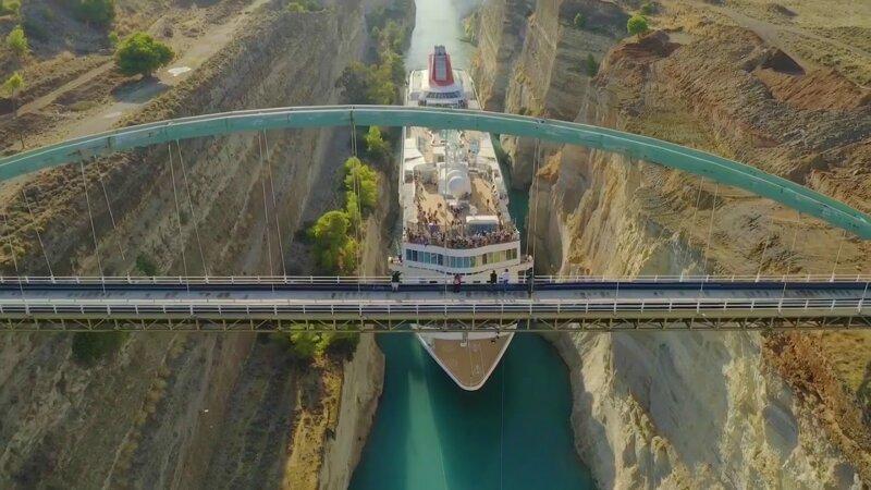 Огромный круизный лайнер прошёл по узкому каналу в Греции Греция,круизный лайнер,путешествие,турист