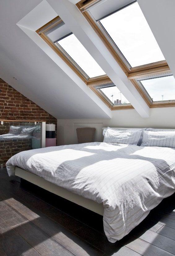 Нестандартное решение: расположение кровати «под окном» в мансарде позволит наслаждаться видом звездного неба