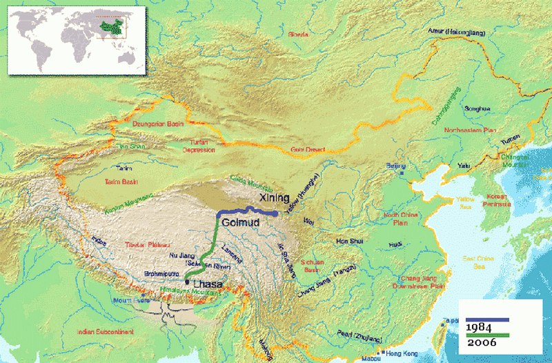 Согласно проекту, утвержденному в 2000 году председателем КНР Цзян Цзэминем, общая протяженность новой железной дороги должна была составить 1142 километра. На этом участке было организовано 45 станций, 38 из которых были автоматическими, без обслуживающего персонала. Тибетская магистраль от Голмуда поднималась с высоты 2800 метров над уровнем моря до перевала Танг-Ла (5072 метра) и затем вновь спускалась к Лхасе (3642 метра).