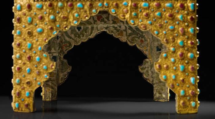 На месте утерянных камней оставили пустые гнезда. /Фото из альбома «Государственные регалии московского царства», Музеи Московского Кремля.