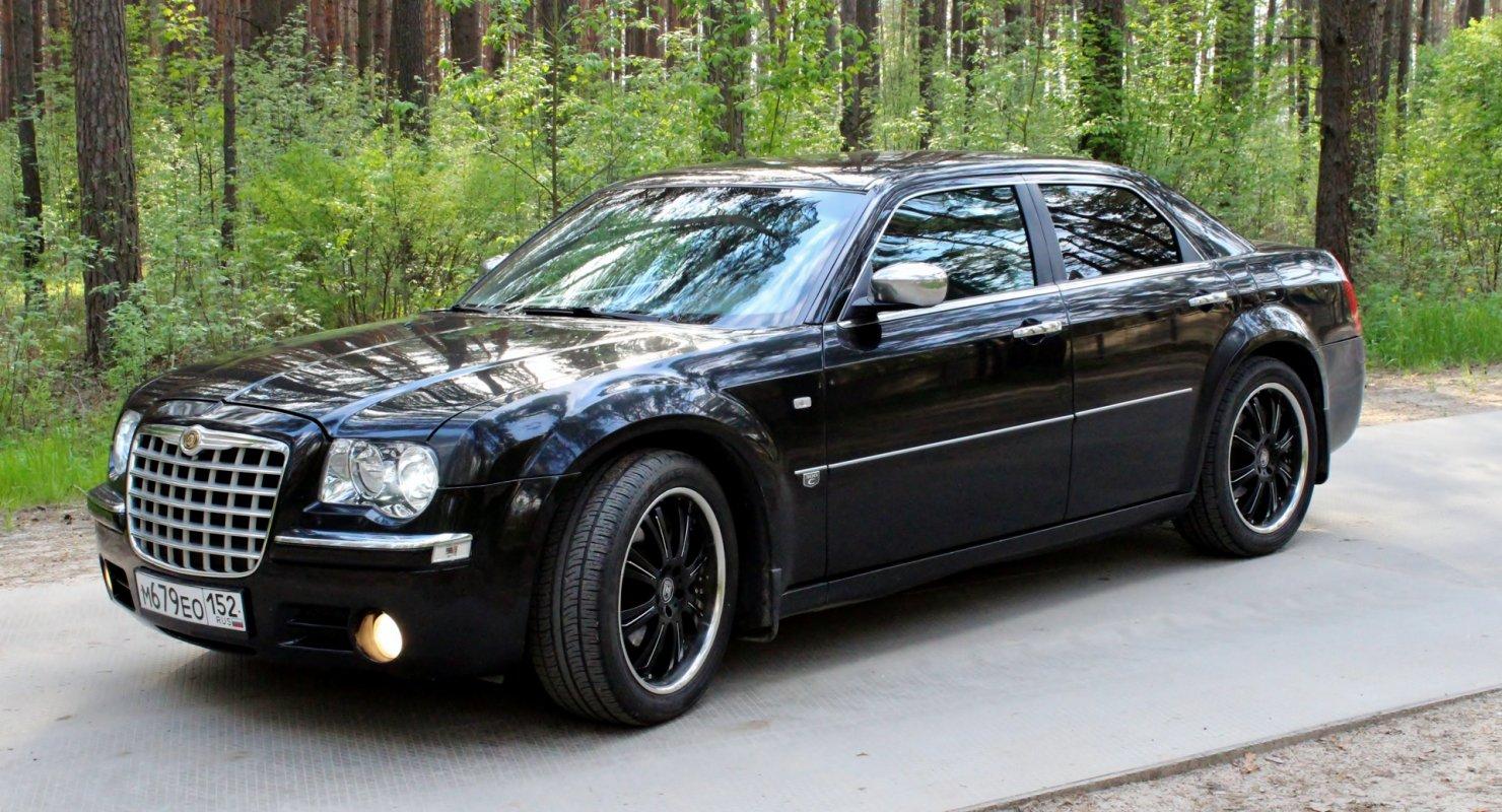 Chrysler 300 доработали и установили запасное колесо на боковой панели Автомобили