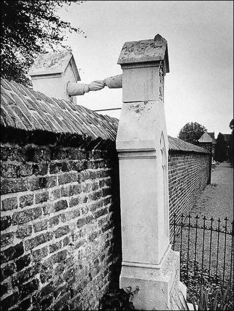 Могилы женщины-католички и ее мужа-протестанта, разделенные стеной. Голландия, 1888. жизнь, прошлое, ситуация, факт
