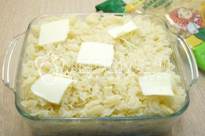 Добавить третью часть макарон и кусочки сливочного масла.
