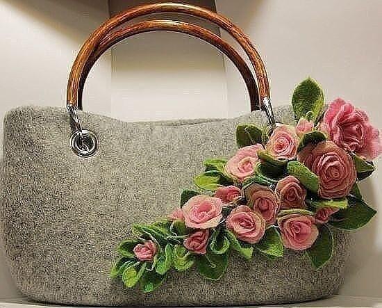Украшение сумочки розами из фетра декор,мпстер-класс