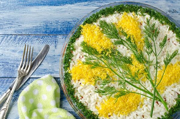 Как украсить салаты к 8 Марта
