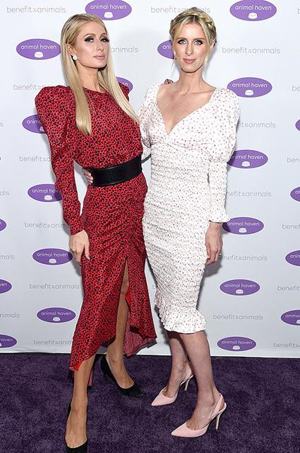 Пэрис и Ники Хилтон на благотворительном вечере в Нью-Йорке Красная дорожка