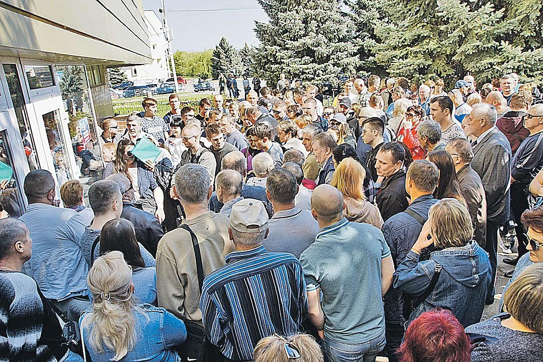 Узнав, что правила приема в российское гражданство упростили, жители Луганска осадили свой миграционный центр. Фото: РИА Новости