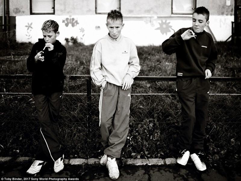 Мальчики курят сигареты в неблагополучном районе Эдинбурга, Шотландия в мире, дети, жизнь