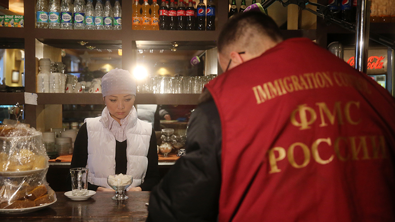 """""""Россия справилась с безработицей"""": В России становится всё меньше легальных трудовых мигрантов"""