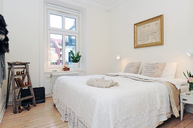 Чтобы как-то разнообразить дизайн маленькой спальни можно использовать отдельные элементы декора, которые будут представлять то или другое стилистическое направление или культуру