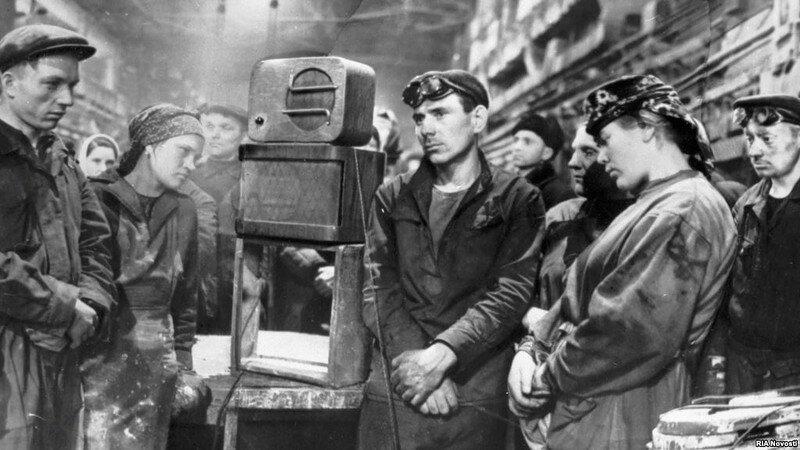 Рабочие завода Динамо слушают сообщение о смерти Иосифа Сталина. Фото Д. Бальтерманца: СССР, фото, это интересно