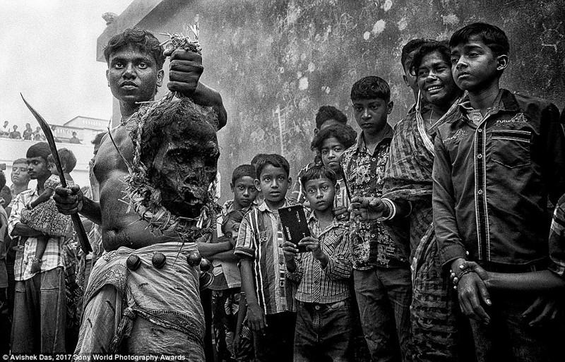 Дети на фестивале Гахан. Мальчик держит череп в надежде, что в следующем году будут обильные дожди и урожай. Деревня в Западной Бенгалии, Индия в мире, дети, жизнь