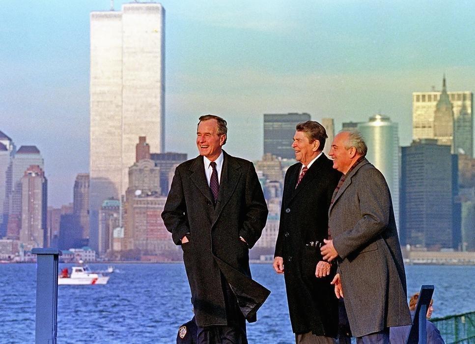 Буш и Рейган с президентом Советского Союза Михаилом Горбачевым в нижнем Манхэттене на фоне башен-близнецов. 1988