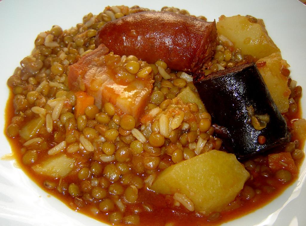 Чечевица, тушеная с овощами, беконом и колбасками