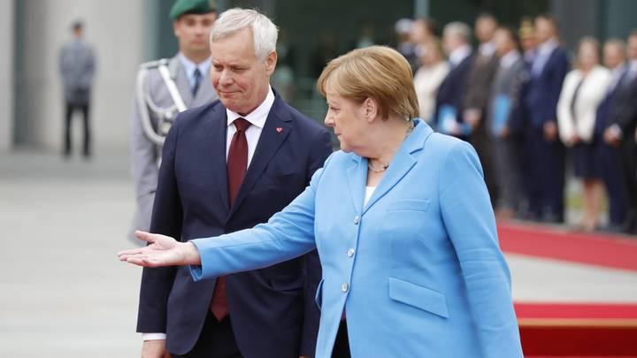 «Ты там держись, а то опять на нас «новичок» повесят»: В России подбодрили трясущуюся Меркель