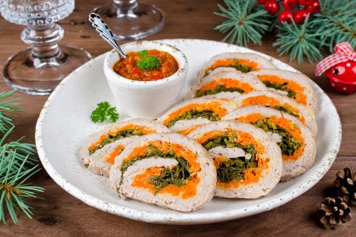 Куриный рулет с сыром, морковью и петрушкой