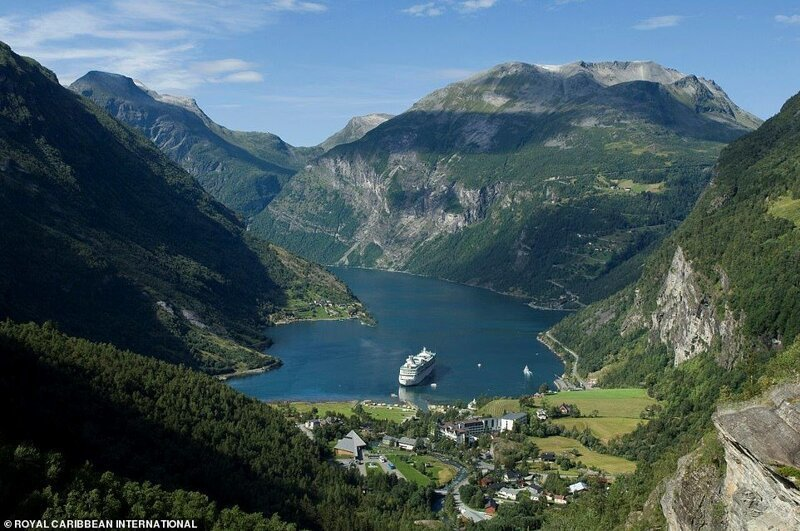 """1. Круиз компании Royal Caribbean """"Vision of the Seas"""" идет по фьорду до деревни Гейрангер в Западной Норвегии. Десятипалубный лайнер, способный вместить 2416 гостей - совсем крошечный по сравнению с возвышающимися вокруг горами красиво, красивые места, круиз, круизы, мир, паром, путешествия, фото"""