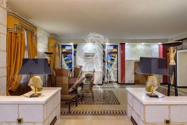 В центре Москвы на Остоженке продаётся квартира за 150 млн рублей, похожая на жилище Клеопатры