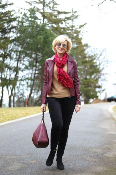 Шейные платки оживляют образ. /Фото: fabafter40-wpengine.netdna-ssl.com