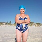пожилая женщина меняет купальник новогоднюю ночь