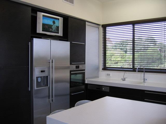 высоко подвешанный телевизор на кухне