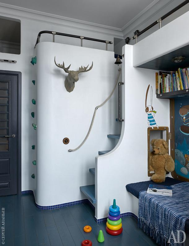 В детской — три спальных места, одно из которых располагается над санузлом, добавляя комнате объема. Все встроенные конструкции сложены из кирпича и оштукатурены.