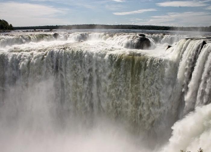 Гуайра, Парагвай Водопад Гуайра на реке Паране считался самым крупным водопадом мира. Его высота составляла 34 метра, а ширина — 4828 метров. По оценкам ученых, водопад имел наибольший средний расход из всех водопадов мира (793 000 м3/мин). В 80-е годы в этом месте решено было построить ГЭС. Водопад был затоплен, а для улучшения навигации скалы, формирующие водопад, взорвали.