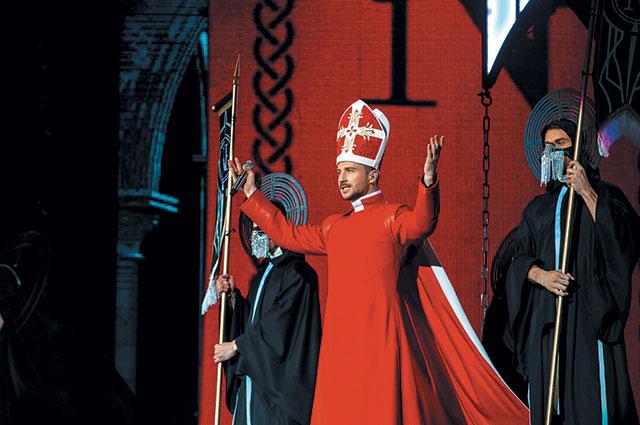 На своём шоу «N-тур» Сергей предстал перед поклонниками в образе Папы Римского.