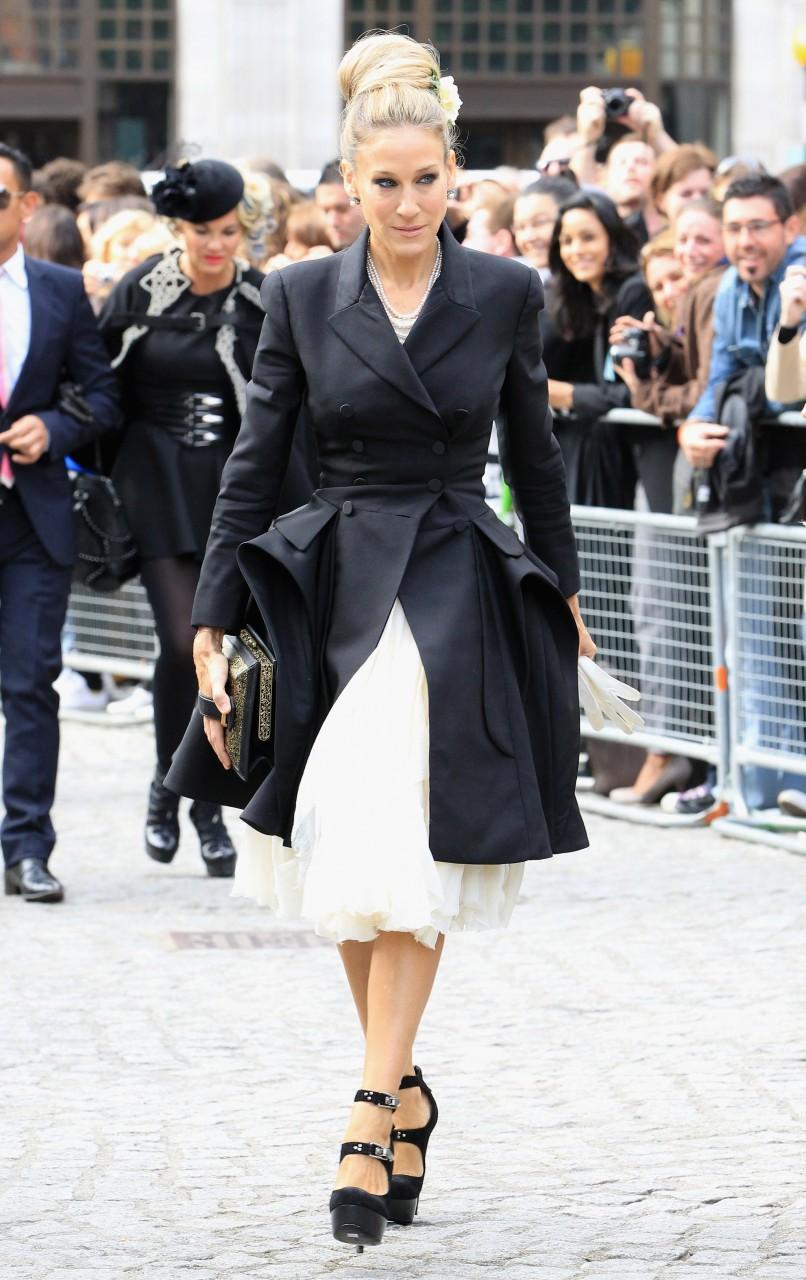 Сара Джессика Паркер в черном пальто и нарядном платье