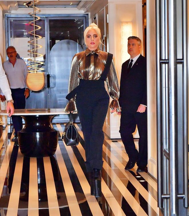 Медь и золото: Леди Гага в костюме Alberta Ferretti в Нью-Йорке (фото 2)