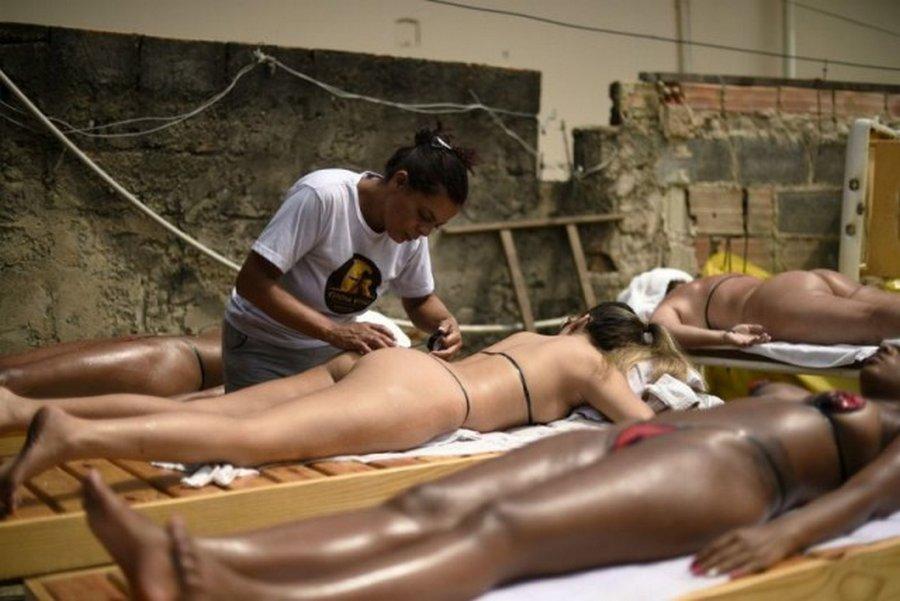 Бразильское ноу-хау: бикини из изоленты для загара