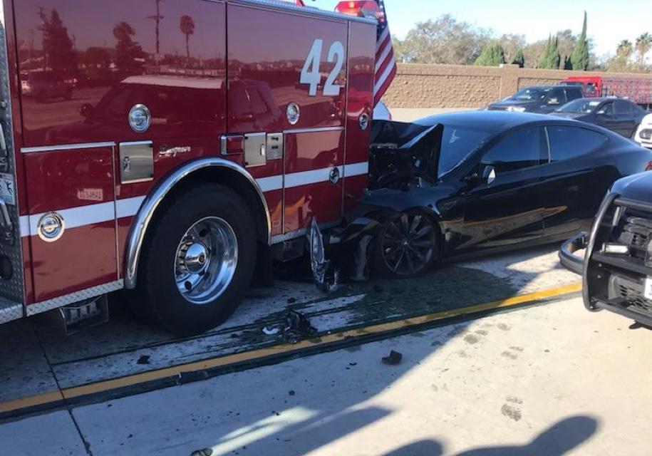 Tesla на автопилоте не заметила пожарную машину и врезалась в нее