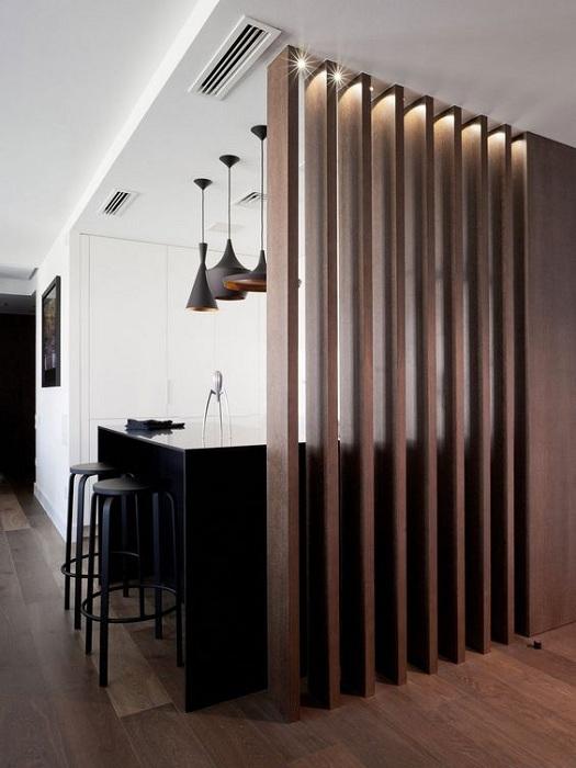 Деревянная перегородка позволит оптимально разделить пространство на нужные зоны.