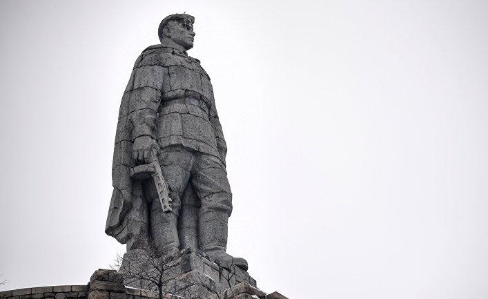 Труд : принятие новой конституции в Болгарии вызвало прилив желающих снести «памятник Алеше»