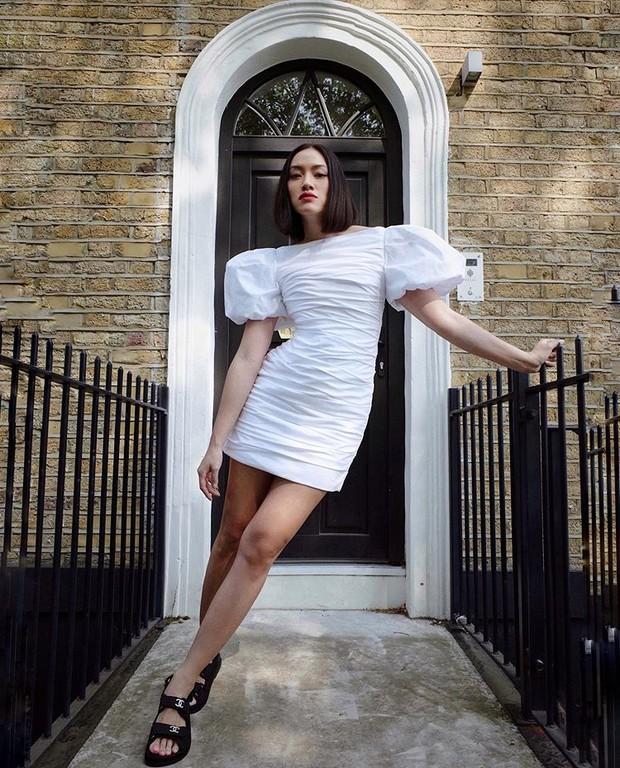 Платье Khaite + сандалии Chanel: образ Тиффани Хсу, достойный свадебной церемонии (фото 0)